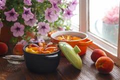 Heerlijke pudding met perzik in braadpan, close-up royalty-vrije stock afbeeldingen