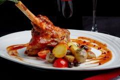 Heerlijke restaurantschotel, rek van lam op restaurantachtergrond Gezond exclusief voedsel op grote witte schotelclose-up stock fotografie