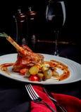 Heerlijke restaurantschotel, rek van lam op restaurantachtergrond Gezond exclusief voedsel op grote witte schotelclose-up stock afbeelding