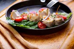 Heerlijke Restaurantschotel Vitello Tonato op restaurantachtergrond Gezond exclusief voedsel op grote zwarte schotelclose-up royalty-vrije stock afbeelding