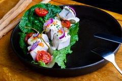 Heerlijke Restaurantschotel Vitello Tonato op restaurantachtergrond Gezond exclusief voedsel op grote zwarte schotelclose-up royalty-vrije stock fotografie