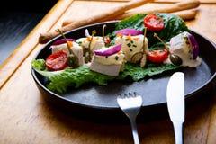 Heerlijke Restaurantschotel Vitello Tonato op restaurantachtergrond Gezond exclusief voedsel op grote zwarte schotelclose-up stock afbeelding
