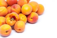 Heerlijke rijpe abrikozen op wit met exemplaarruimte stock fotografie
