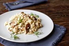Heerlijke rijst met paddestoelen en rozemarijn, risotto royalty-vrije stock foto