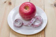Heerlijke rode appelen en gemeten de meter op houten achtergrond, Dieetconcept Royalty-vrije Stock Foto