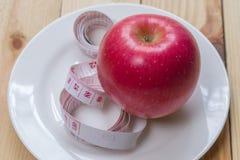 Heerlijke rode appelen en gemeten de meter op houten achtergrond, Dieetconcept Royalty-vrije Stock Foto's