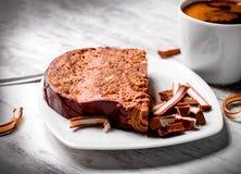 Heerlijke romige chocoladecake en kop van koffie Royalty-vrije Stock Afbeeldingen