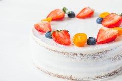 Heerlijke romige gezonde yougurtcake met verse aardbeien, bosbessen op de witte achtergrond Beeld voor een menu of een confec Royalty-vrije Stock Foto