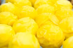 Heerlijke ronde gele truffels met kaas stock foto