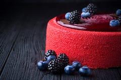 Heerlijke roze cake met bessen op houten lijst Stock Foto's
