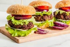 Heerlijke rundvlees en kaasburgers Stock Foto's