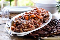 Heerlijke rundvleeshutspot in een buitenlijst met natuurlijk licht Royalty-vrije Stock Afbeelding