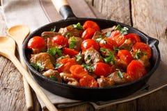 Heerlijke rundvleeshutspot met tomaten en greens close-up in een fryin royalty-vrije stock fotografie