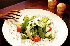 Heerlijke salade die in een plaat wordt voorbereid royalty-vrije stock fotografie