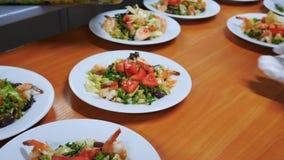Heerlijke salade met ansjovis tapenade Garnaal en friseesla stock footage