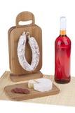 Heerlijke salami, kaas, wijn Royalty-vrije Stock Afbeeldingen