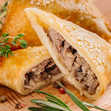 Heerlijke samosapastei met vlees op plaat Menu, restaurant, reci Royalty-vrije Stock Foto