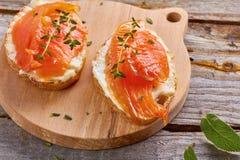 Heerlijke sandwich met gerookte zalm Stock Afbeeldingen