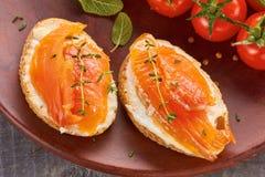 Heerlijke sandwich met gerookte zalm Stock Foto's