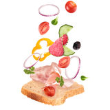 Heerlijke sandwich met ingrediënten in de lucht Stock Fotografie