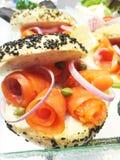 Heerlijke sandwich met zalm en groenten Stock Foto's