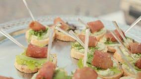 Heerlijke sandwiches met roomkaas, blad van sla en een stuk van ham op catering stock video