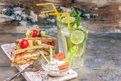 Heerlijke sandwiches met saus en eigengemaakte limonade Dranken en snacks royalty-vrije stock afbeeldingen