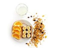 Heerlijke sappige sinaasappelen en banaan op brood met chocolade en F royalty-vrije stock foto