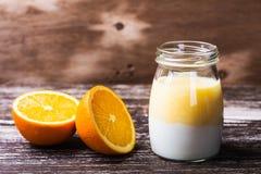 Heerlijke sinaasappel smoothie in een glaskruik royalty-vrije stock foto