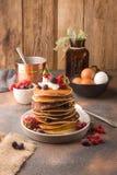 Heerlijke, slechts gekookte zoete pannekoeken met bevroren bessen op een witte plaat royalty-vrije stock foto's