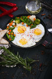 Heerlijke, smakelijke gebraden en mengelingsgroenten op een pan Hoogste mening van een houten achtergrond Stock Fotografie
