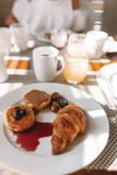 Heerlijke smakelijke koffie en vers sap voor ontbijt bij openluchtkoffie royalty-vrije stock afbeeldingen
