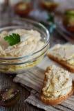 Heerlijke snack van crostini met kippenpastei of deeg en tomaten Royalty-vrije Stock Afbeeldingen