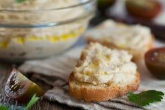 Heerlijke snack van crostini met kippenpastei of deeg en tomaten Stock Foto