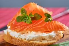 Heerlijke snacks met garnalen, vissen en avocado stock afbeeldingen