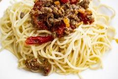 Heerlijke spaghetti bolognese op de witte plaat stock afbeeldingen