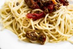 Heerlijke spaghetti bolognese op de witte plaat royalty-vrije stock afbeeldingen