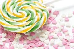 Heerlijke suikerlollys op abstract suikergoedpatroon als achtergrond Stock Afbeelding
