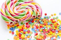 Heerlijke suikerlollys op abstract suikergoedpatroon als achtergrond Stock Afbeeldingen