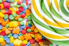 Heerlijke suikerlollys op abstract suikergoedpatroon als achtergrond Royalty-vrije Stock Fotografie