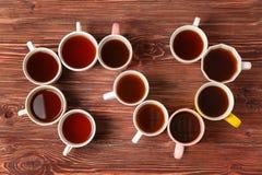 Heerlijke thee in koppen die spiraal vormen stock foto's