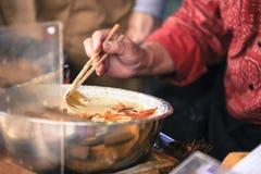 Heerlijke traditionele Japanse gebraden die tempurasnack van het esdoornblad algemeen - tijdens de herfstseizoen wordt gezien stock afbeeldingen