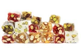 Heerlijke Turkse verrukking met noten op witte achtergrond. Stock Foto