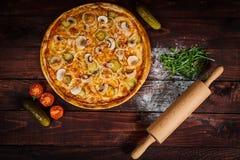 Heerlijke van zeevruchtengarnalen en mosselen pizza op een zwarte houten lijst Italiaans voedsel Hoogste mening royalty-vrije stock foto's