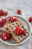 Heerlijke vanillewafels met aardbei op lijst Stock Foto's