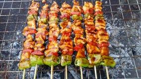 Heerlijke varkensvleesbarbecue op brand Royalty-vrije Stock Afbeeldingen