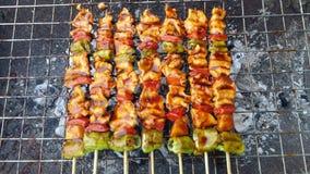 Heerlijke varkensvleesbarbecue op brand Stock Foto's