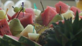 Heerlijke verfraaide snoepjes, de catering van de cocktailspartij in restaurant stock video