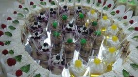 Heerlijke verfraaide snoepjes op buffetlijst, de catering van de cocktailspartij stock videobeelden