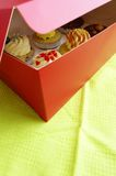 Heerlijke verrassing!! 6 gastronomische cupcakes in doos Stock Afbeeldingen